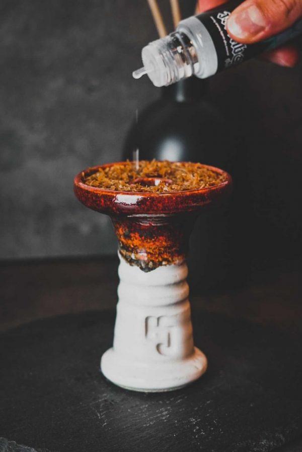 hookahSqueeze Cooling Aroma Shisha Shot 60ml tropft auf Tabak im Funnel (nochmal umrühren!!)